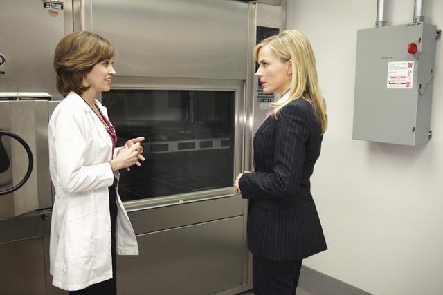 Julie Benz ed Autumn Reeser in una scena del pilot della serie No Ordinary Family