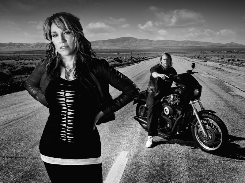 Katey Sagal e Charlie Hunnam in una foto promozionale della stagione 3 di Sons of Anarchy