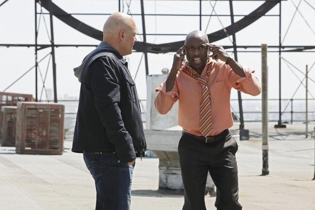 Michael Chiklis e Romany Malco nel pilot della serie No Ordinary Family