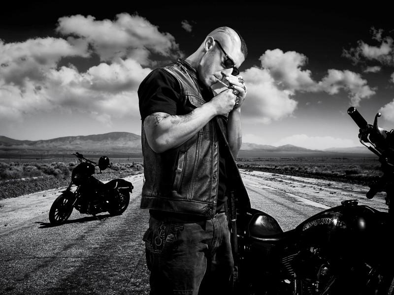 Theo Rossi in una foto promozionale della stagione 3 di Sons of Anarchy