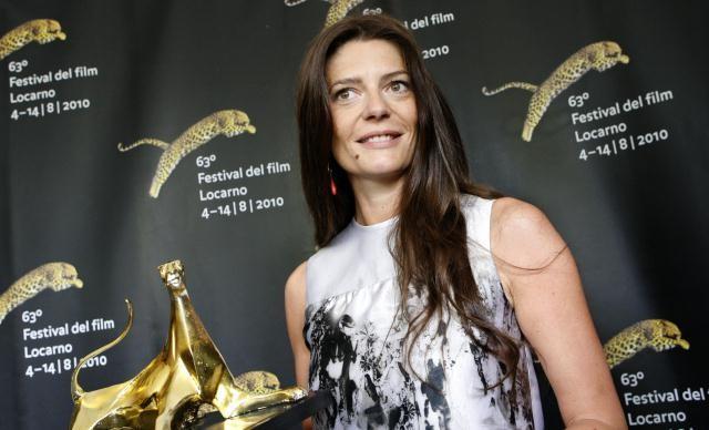 Una sorridente Chiara Mastroianni a Locarno 2010 con l'Excellence Award Moet & Chandon