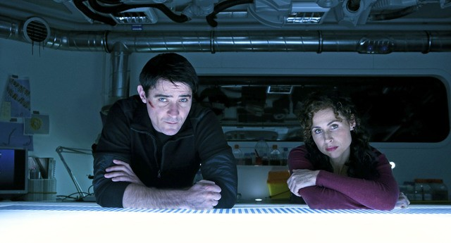Goran Visnjic e Minnie Driver in una scena della miniserie The Deep
