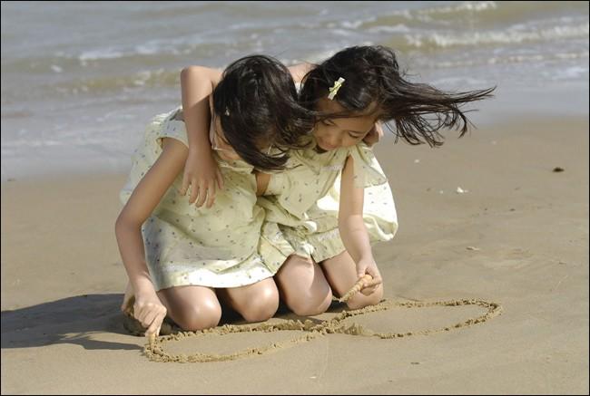Le due protagoniste dell'horror Alone in spiaggia