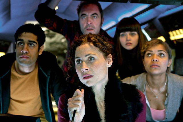 Sacha Dhawan, Minnie Driver, James Nesbitt, Vera Filatova e Antonia Thomas nella miniserie The Deep