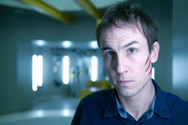 Tobias Menzies è Raymond Hopkins in una foto promozionale di The Deep