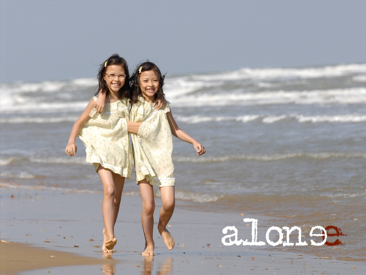 Wallpaper del film thailandese Alone con le due gemelle siamesi protagoniste