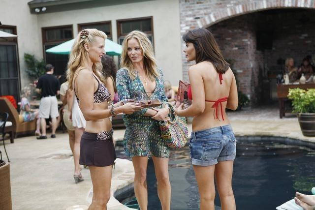 Andrea Powell, Chandra West e Marisol Nichols nell'episodio Digging the Dirt di The Gates