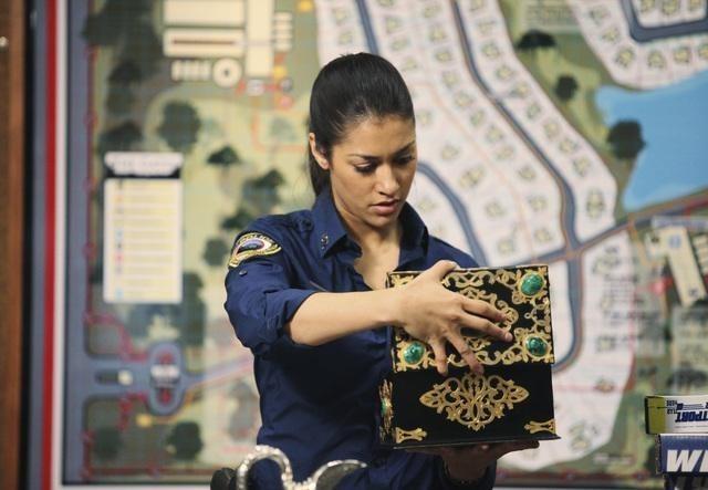 Janina Gavankar nell'episodio Breach di The Gates