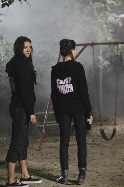 Shay Mitchell e Troian Bellisario in un momento dell'episodio Keep Your Friends Close di Pretty Little Liars