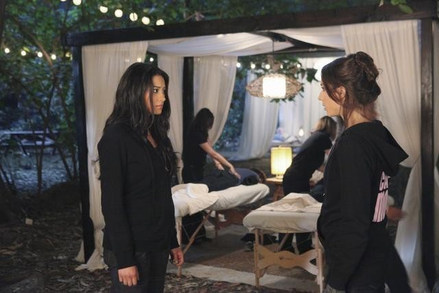 Una scena dell'episodio Keep Your Friends Close di Pretty Little Liars