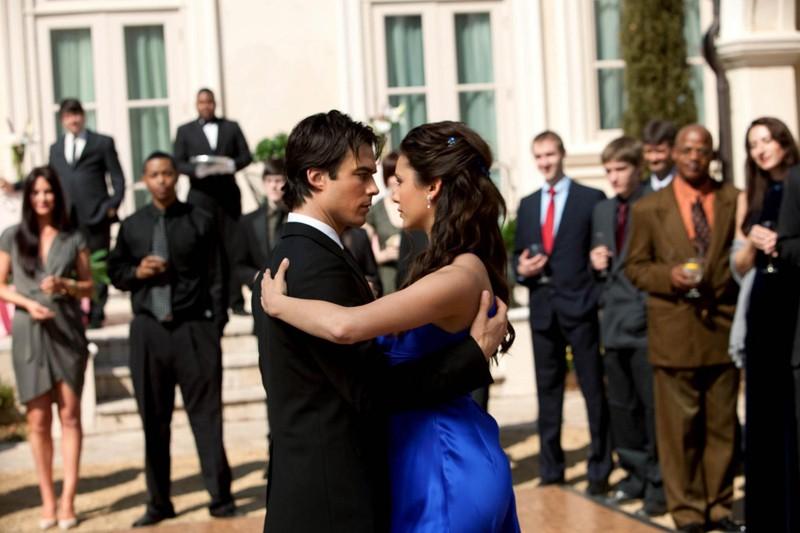 Ian Somerhalder e Nina Dobrev danzano in una scena dell'episodio Miss Mystic Falls di Vampire Diaries