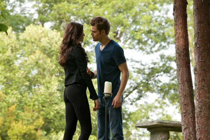 Nina Dobrev e Paul Wesley in un momento dell'episodio The Return di Vampire Diaries