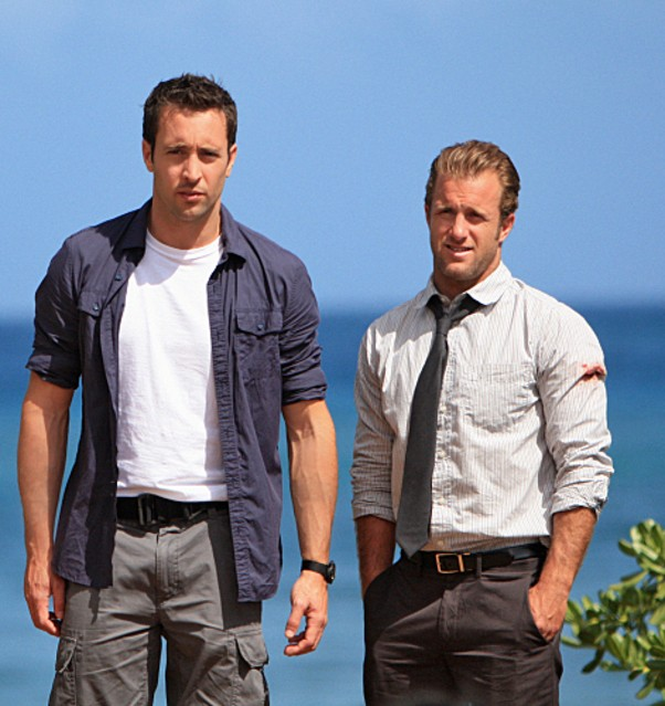 Alex O'Loughlin e Scott Caan in una foto promozionale di Hawaii Five-0