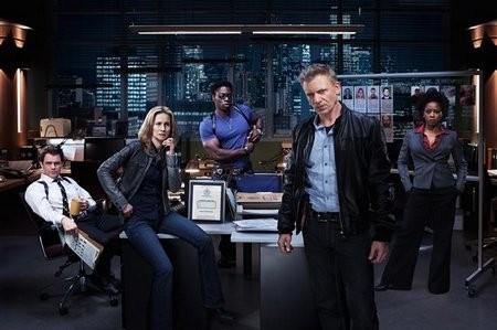 Una foto promozionale del cast di Shattered