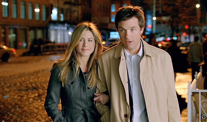 Jason Bateman e Jennifer Aniston in un'immagine della commedia Due cuori e una provetta