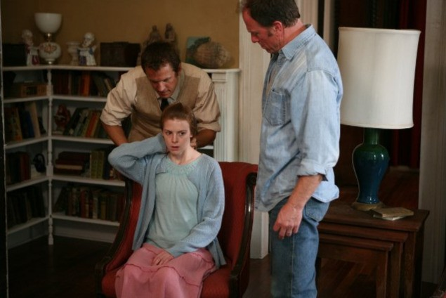 Ashley Bell e Patrick Fabian in una scena di The Last Exorcism