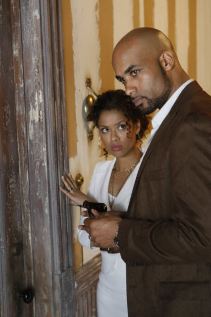 Boris Kodjoe e Gugu Mbatha-Raw in una scena del pilot di Undercovers