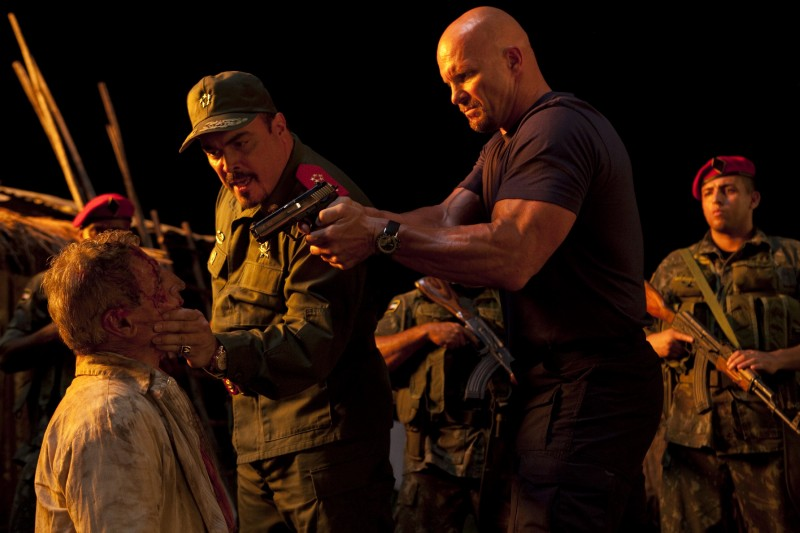 David Zayas e Steve Austin in una scena di The Expendables
