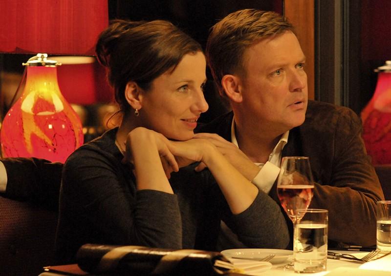 Meret Becker e Justus von Dohnányi in una scena del film Das Leben ist zu lang