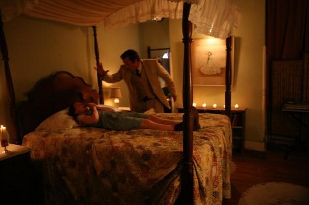 Patrick Fabian in una scena cruciale di The Last Exorcism