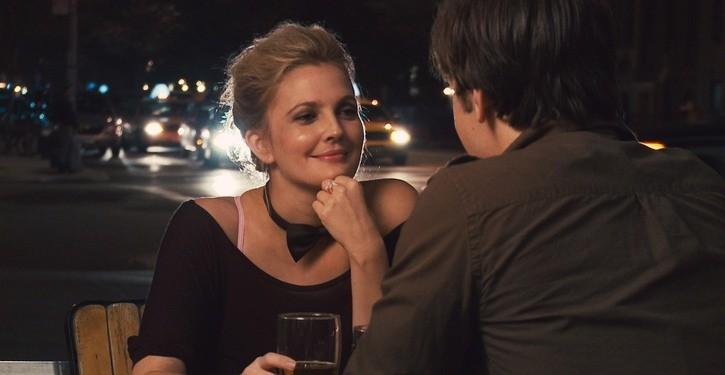 Un'immagine romatica di Drew Barrymore dalla commedia Amore a mille... miglia