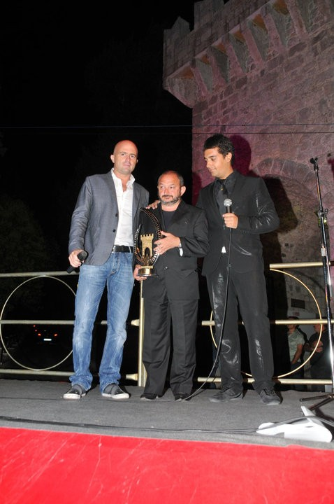 Orfeo Orlando ritira il premio assegnato a Giorgio Diritti, per la regia del film L\'uomo che verrà al Valva Film Festival 2010. Con lui nella foto Luca Abete (presentatore) e Carlo Fumo, il direttore