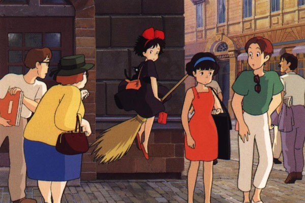 La piccola Kiki arriva in città in una sequenza del film d\'animazione Kiki consegne a domicilio