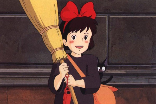 La piccola Kiki e Jiji in una sequenza del film d\'animazione Kiki consegne a domicilio