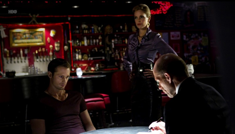 Alexander Skarsgård in una scena dell'episodio I Smell A Rat di True Blood