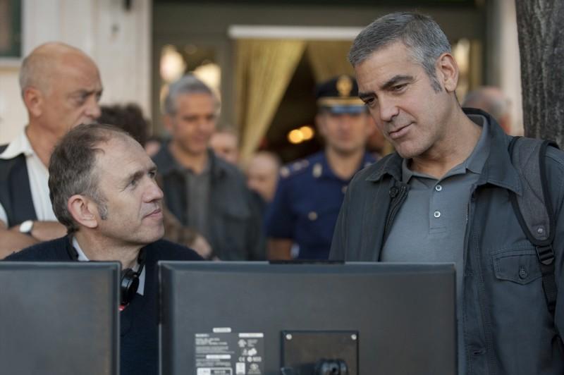 George Clooney con il regista Anton Corbijn sul set di A Very Private Gentleman