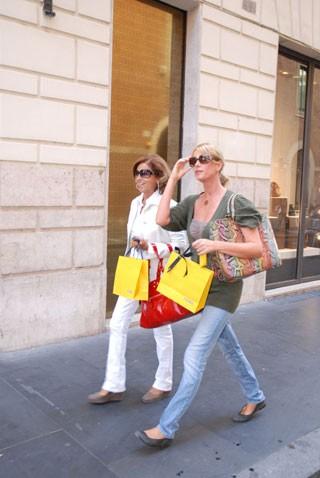 Alessia Marcuzzi si concede un po' di shopping