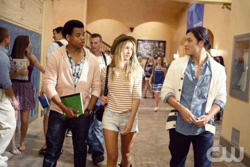 Blair Redford, Gillian Zinser e Tristan Wilds in un momento dell'episodio Senior Year, Baby di 90210