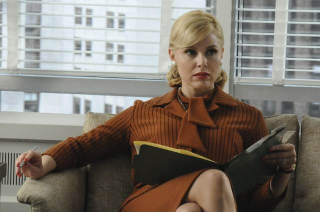 Cara Buono nell'episodio The Chrysanthemum and the Sword di Mad Men