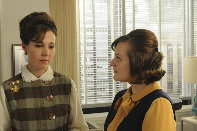 Elisabeth Moss e Alexa Alemanni nell'episodio The Rejected di Mad Men