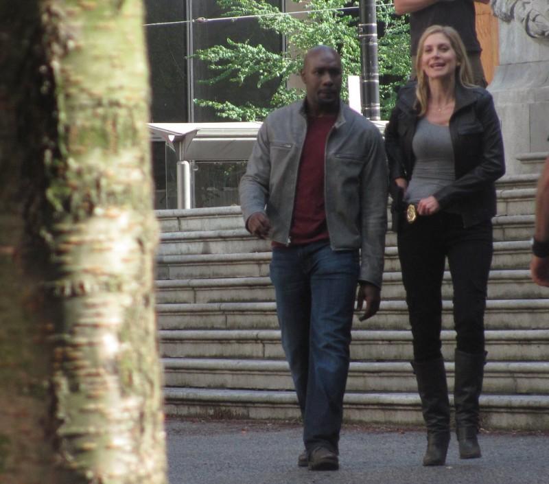 Elizabeth Mitchell e Morris Chestnut durante le riprese della stagione 2 di V
