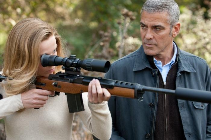 George Clooney e Thekla Reuten in una scena di The American