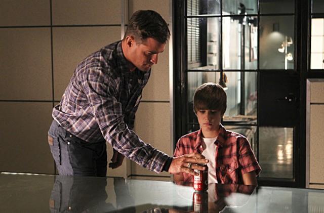 George Eads e Justin Bieber in una scena dell'episodio Shock Waves di CSI