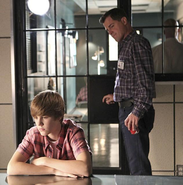 George Eads e Justin Bieber nell'episodio Shock Waves di CSI