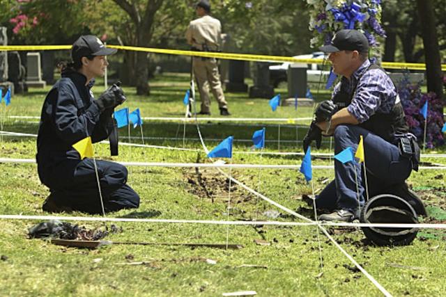 George Eads e Sienna Guillory nell'episodio Shock Waves di CSI