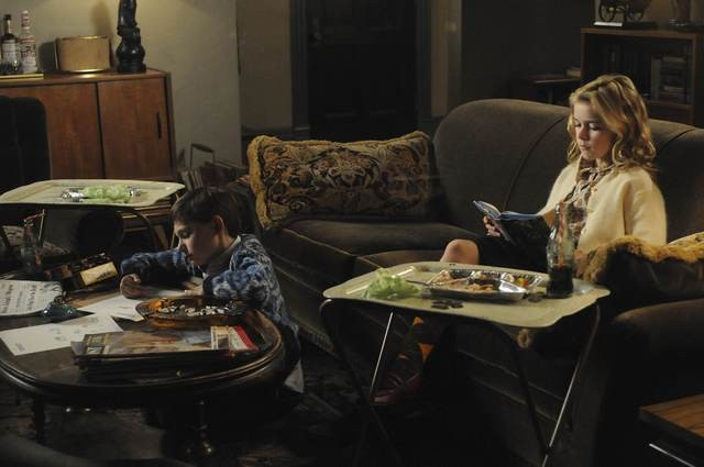 Jared S. Gilmore e Kiernan Shipka nell'episodio The Chrysanthemum and the Sword di Mad Men