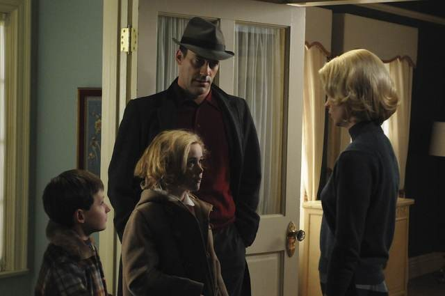 Jared S. Gilmore, Kiernan Shipka, January Jones e Jon Hamm in una scena dell'episodio The Chrysanthemum and the Sword di Mad Men