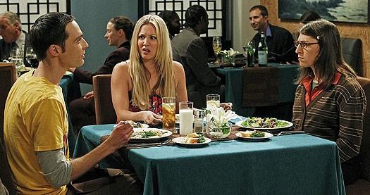 Jim Parsons, Kaley Cuoco e Mayim Bialik nell'episodio The Robotic Manipulation di The Big Bang Theory