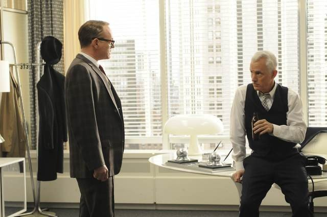 John Slattery e Jared Harris nell'episodio Christmas Comes But Once A Year di Mad Men
