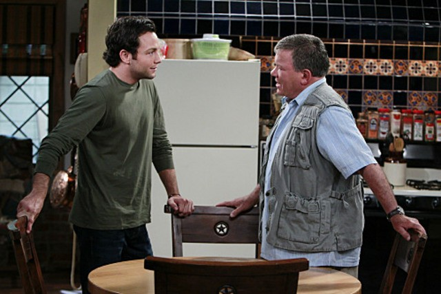 Jonathan Sadowski e William Shatner in un momento del pilot della serie $#*! My Dad Says