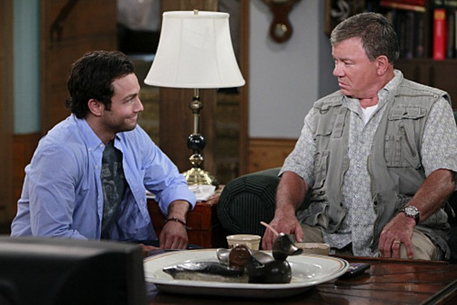 Jonathan Sadowski e William Shatner in una scena del pilot della serie $#*! My Dad Says