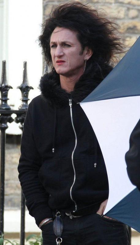 Sean Penn, con folta capigliatura e pesantemente truccato, sul set di This Must Be the Place.