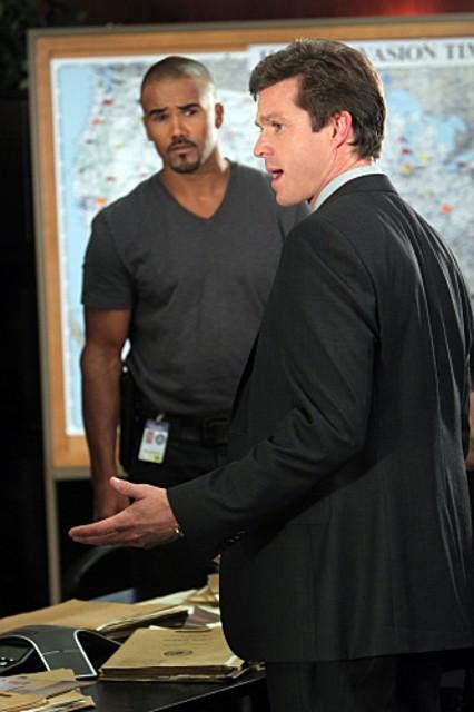 Shemar Moore e la guest star Eric Close nell'episodio The Longest Night, premiere della stagione 6 di Criminal Minds