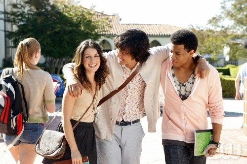 Shenae Grimes, Michael Steger e Tristan Wilds in una scena dell'episodio Senior Year, Baby di 90210
