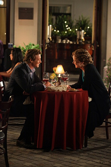 Simon Baker e la guest star Leslie Hope nell'episodio Red Sky In The Morning della serie The Mentalist