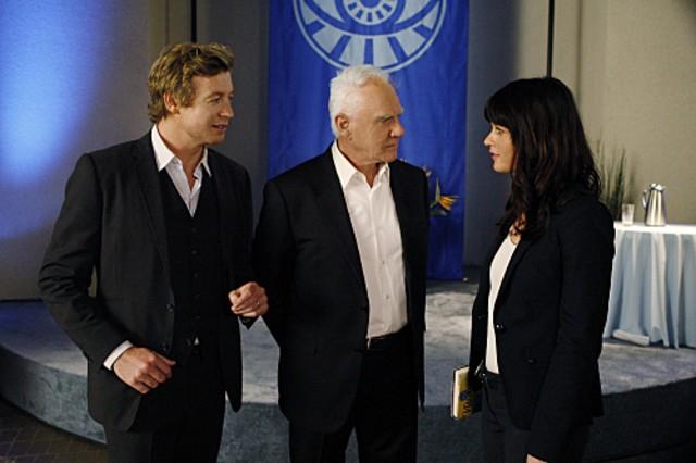 Simon Baker, Malcolm McDowell e Robin Tunney nell'episodio Red All Over di The Mentalist